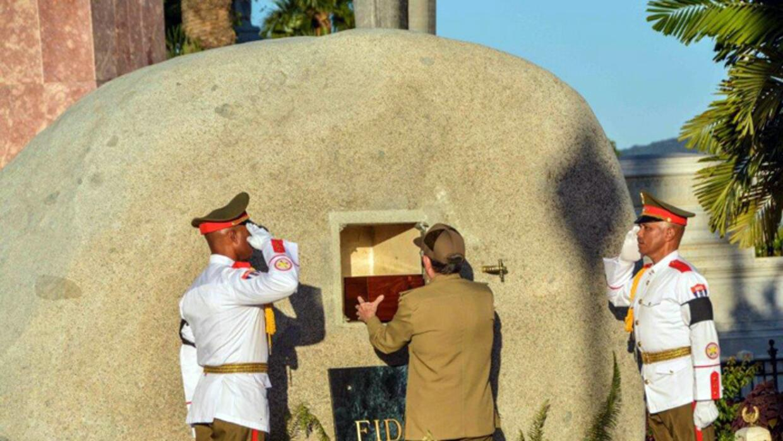 El presidente cubano Raúl Castro fue el encargado de depositar la...
