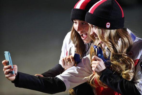 La medallista de oro Justine Dufour, de Canadá y la medallista de...