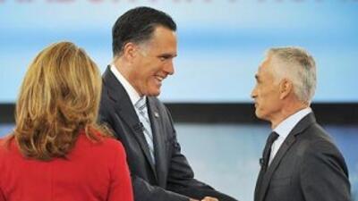 El candidato presidencial republicano, Mitt Romney, saluda al periodista...