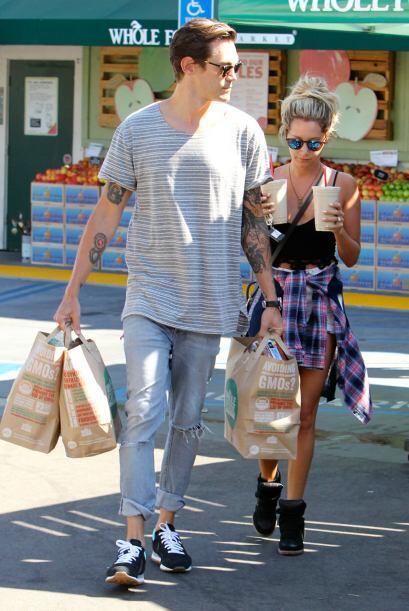 La pareja compró bastante despensa, y también unas refrescantes bebidas...