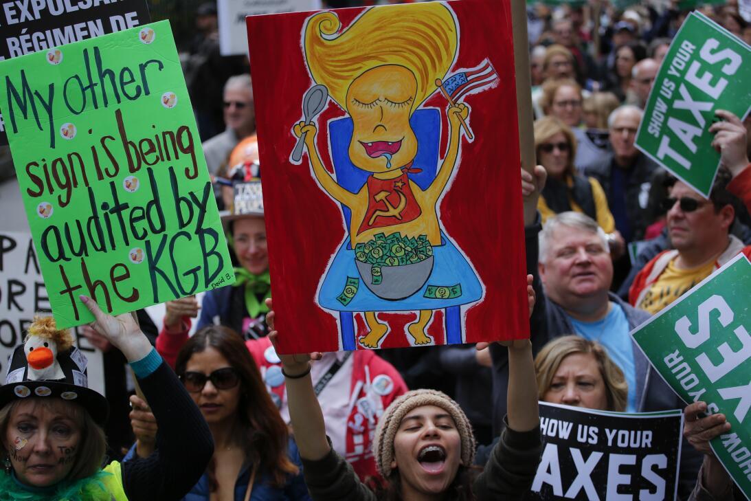 Manifestantes en EEUU exigen que Trump revele sus impuestos GettyImages-...
