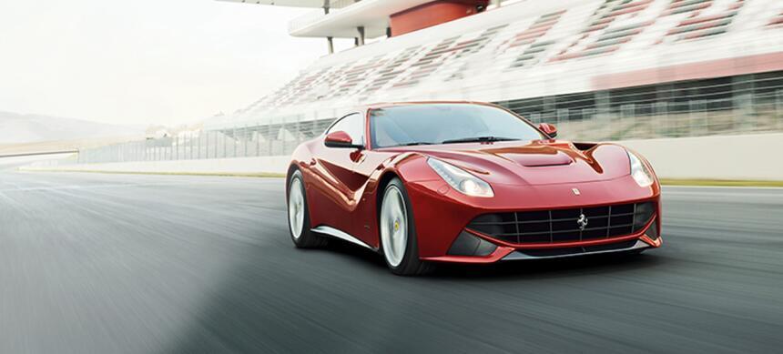Puesto 5: Abre el ranking la Ferrari F12 Berlinetta, un auto que tiene m...