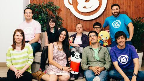 Viedma, de camisa verde, posa con el equipo de Monkimun. Recaudó...