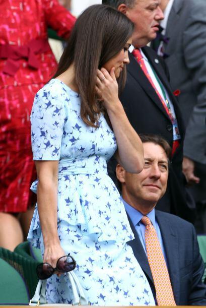 Con un vestido en tonos azules y con estampado de pajaritos, Pippa lució...