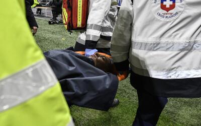 Kylian Mbappé, fue retirado en camilla.
