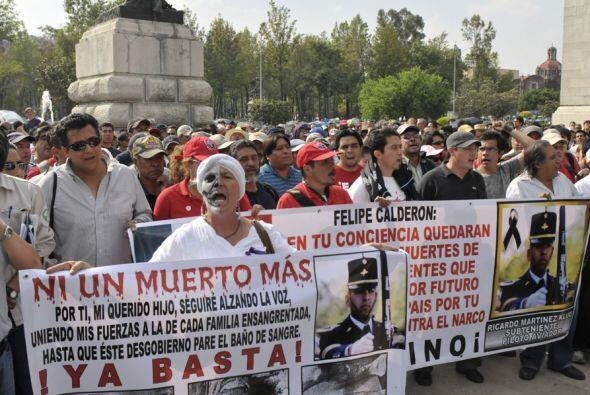 Miles de personas se congregaron en 38 ciudades de México para protestar...