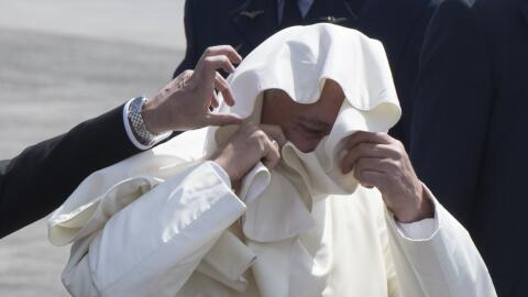 El papa Francisco minutos antes de abordar en Chile el avión que...
