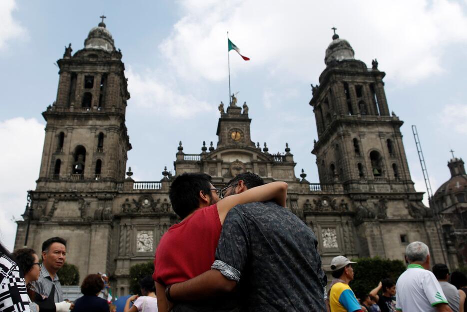 Pareja gay frente a la Catedral Metropolitana