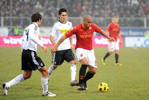 El gol no caía e incluso ingresó al campo el brasileño Adriano.
