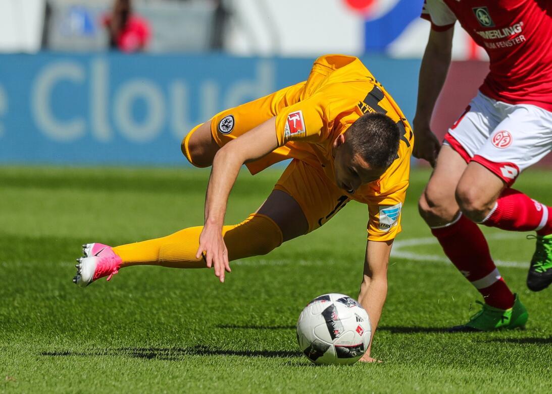Eintracht Frankfurt recibió 4 goles en 30 minutos y cayó 4-2 contra Main...
