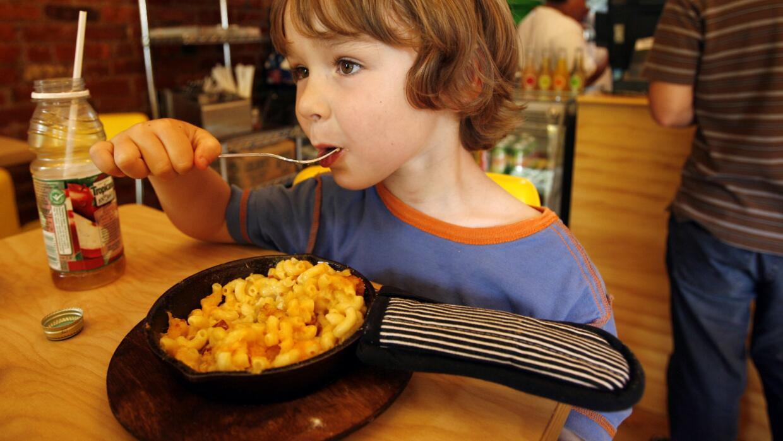 Un niño tendría que comer cinco cajas de macarrones con qu...