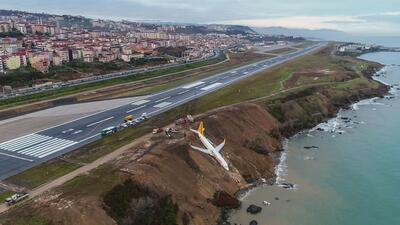 Fotos: Un avión con 168 personas a bordo despista y queda al borde del mar en Turquía