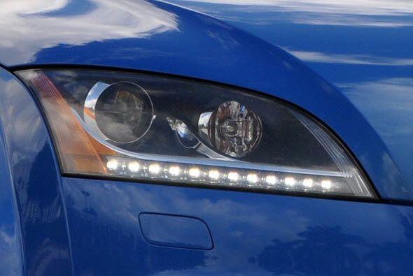 Las luces delanteras parecen los ojos de un búho, remarcados por los LED...