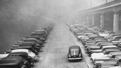 """""""Automóviles en el humo"""". 1940."""