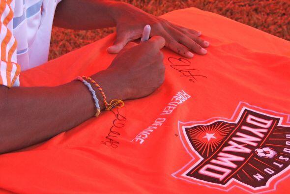 Ellos muy gustosos brindaron autógrafos a sus fanáticos y demostraron su...