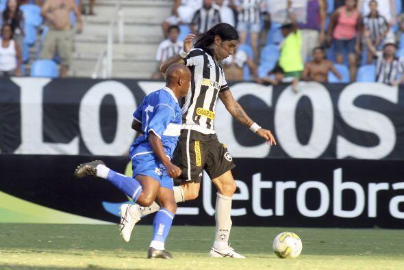 El uruguayo Sebastián Abreu amplió el marcador e hizo dos goles en el pa...