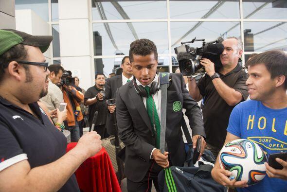 Giovani Dos Santos muy solicitado por los fans en Dallas, el jugador mex...