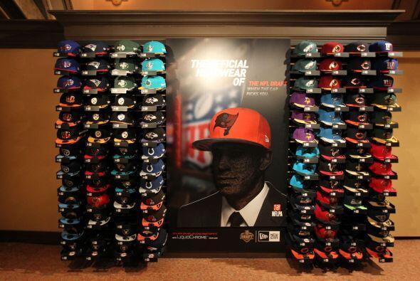 Dentro del Auditorio este stand con las gorras del Draft (AP-NFL).