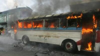 Un tribunal salvadoreño condenó a dos menores acusados de quemar a pasaj...