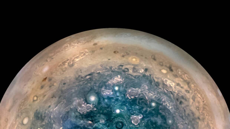 La sonda espacial Juno está comenzando a enviar imágenes del mayor plane...