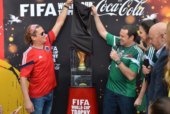 Junto a Carlos Vives, Alan fue descubriendo este espectacular trofeo. ¡I...