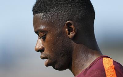 El jugador de Barcelona, Ousmane Dembélé, sale de la canch...