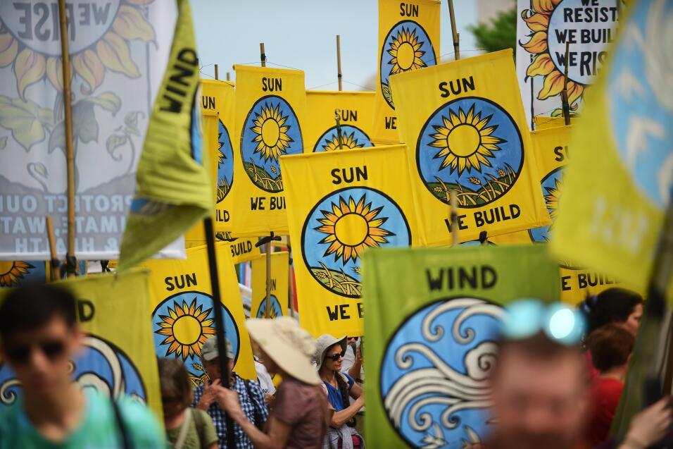 Miles de activistas marchan en una nueva jornada de protestas contra la...