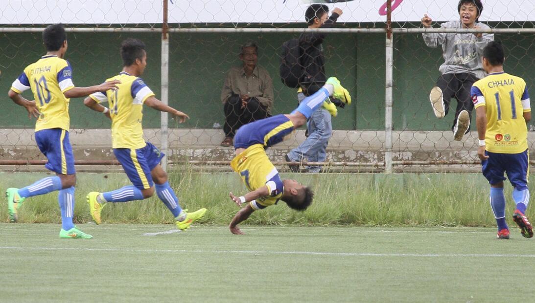 Lesiones insólitas de futbolistas al celebrar un gol ap-96422309046.jpg