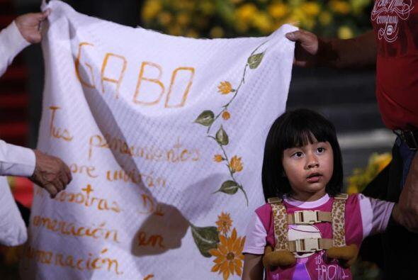 Admiradores del escritor colombiano Gabriel García Márquez sostienen un...