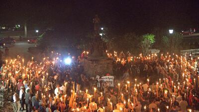 En fotos: Supremacistas blancos marchan con antorchas por el campus de la universidad de Charlottesville (Virginia)