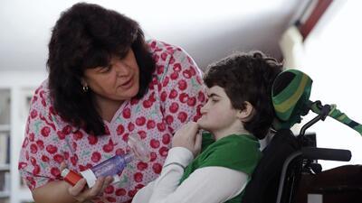 La enfermera Jane Kern administra medicamentos a la paciente Lexi Gerkin...