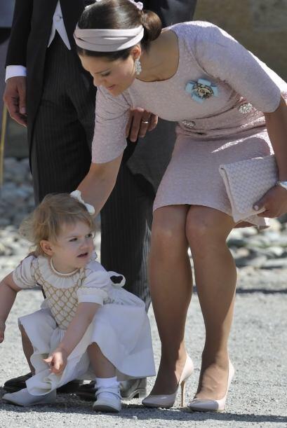 La hermosa niña estuvo  inquieta durante la ceremonia y fue capta...