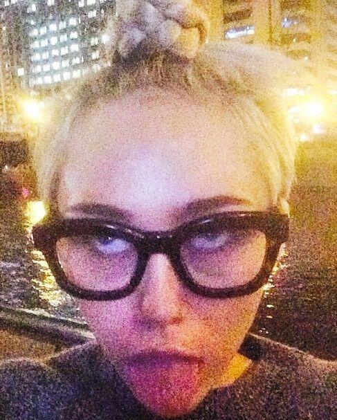 Miley sí que es un zombie en potencia. No confome con la vida escandalos...