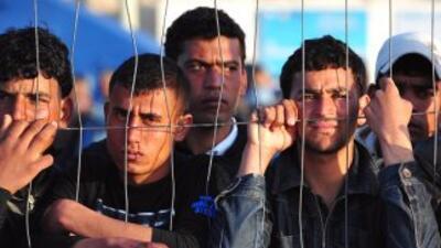 Miles de clandestinos tunecinos, en busca de un trabajo en Europa, y de...