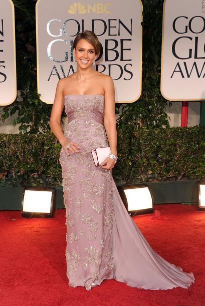Jessica Alba se inclinó por un vestido con escote 'palabra de hon...