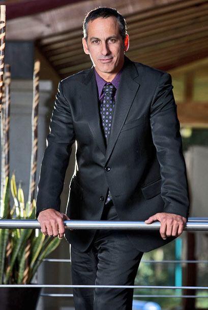 Julio Bracho da vida a Arnold, un experto en belleza que trabaja en las...