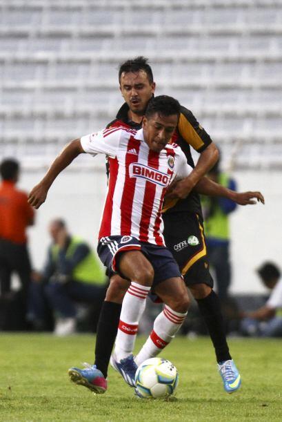 6 Omar Esparza.-  El lateral derecho del Guadalajara se la ha vivido les...