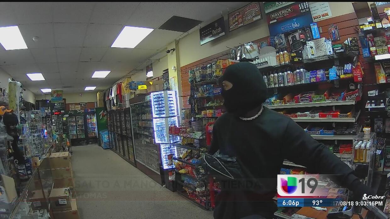 Amarran a empleado de una tienda durante robo en Natomas