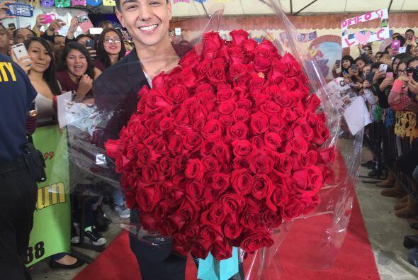 Luis bromeó diciendo que le iba a regalar este ramo de rosas a Becky G.