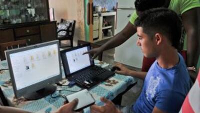 Jóvenes cubanos descargan películas, series y programas informáticos en...