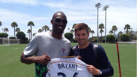 Steve Gerrard y Kobe Bryant con la casaca de LA Galaxy.