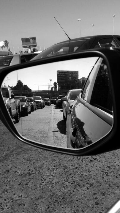 La visión de un conductor que espera para cruzar 'La Línea'.