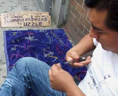 Patricio, de México, vende su arte en la Avenida Roosevelt y la calle 77...