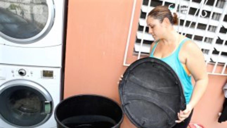 Gina utiliza contenedores de basura para almacenar agua. Crédito:Valeri...