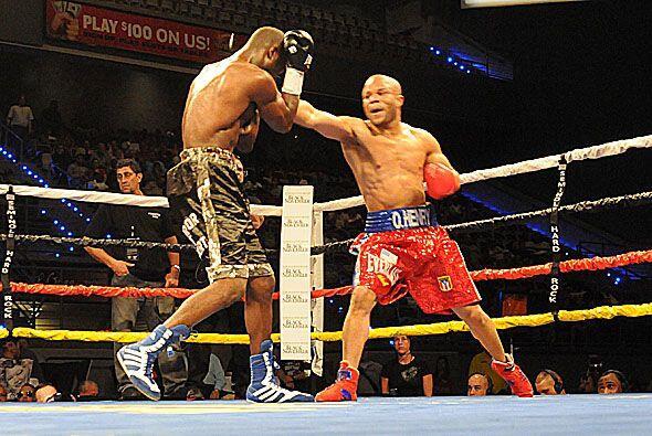 Omar Henry dominó de principio a fin a un rival que demostró tener buena...