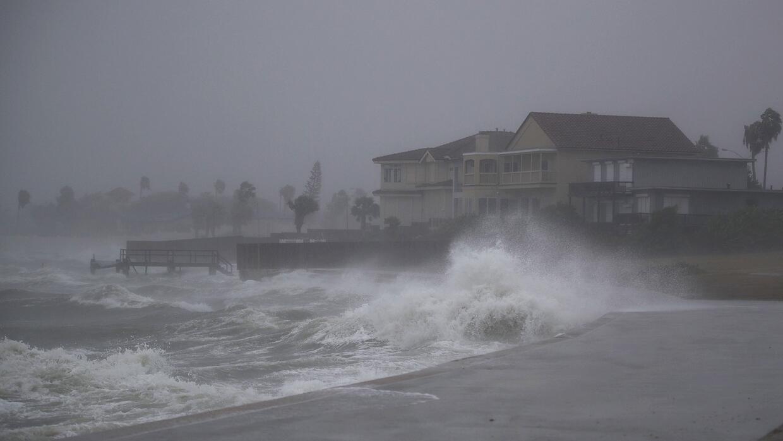 El mar choca contra la costa de Corpus Christi la tarde del viernes, ant...