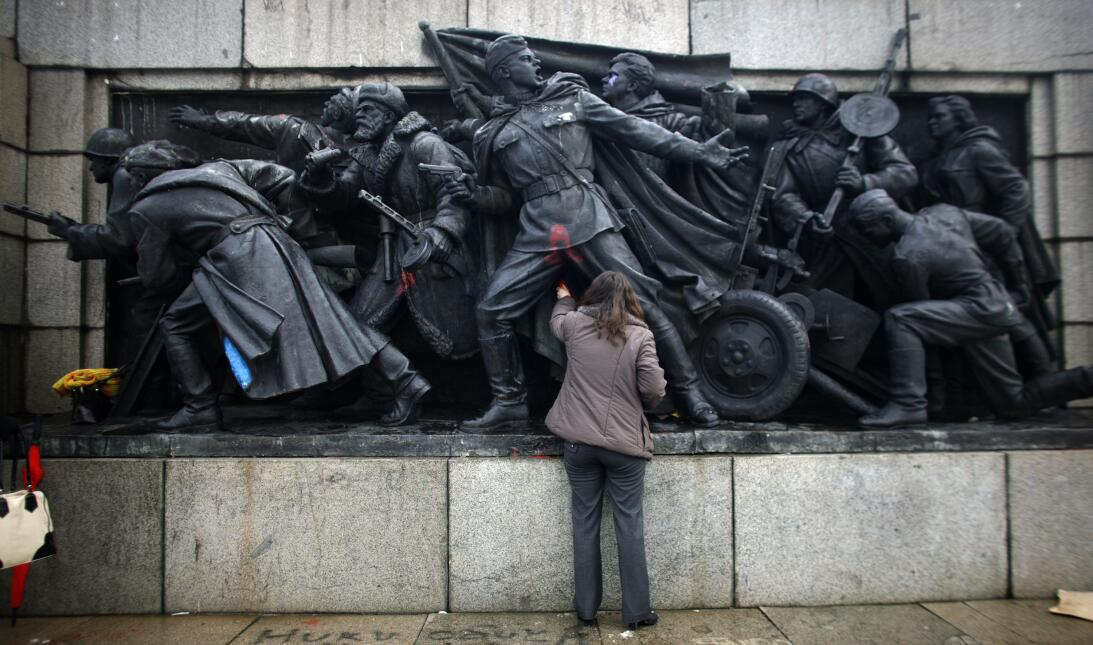 ESTATUA PINTADA The figures of Soviet soldiers at the base of a Soviet A...