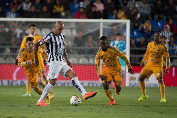 Ariel Nahuelpan intenta pasar el esférico, ante la marca del colombiano...