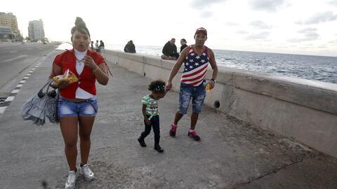 Una familia caminan por el malecón de La Habana este jueves 12 de...