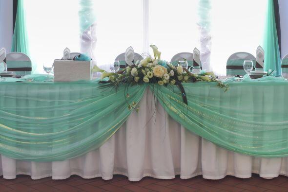 El color 'aqua' o menta, también son perfectos para una boda en p...